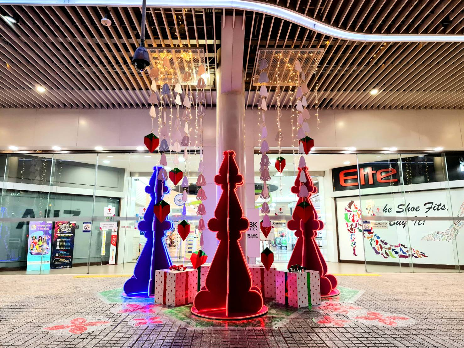Kerstversiering bij MBK Center in Bangkok tijdens de kerstdagen van 2020