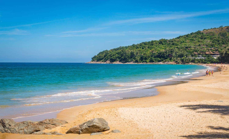 De baai van Nai Thon Beach, een klein strandje in het noorden van Phuket