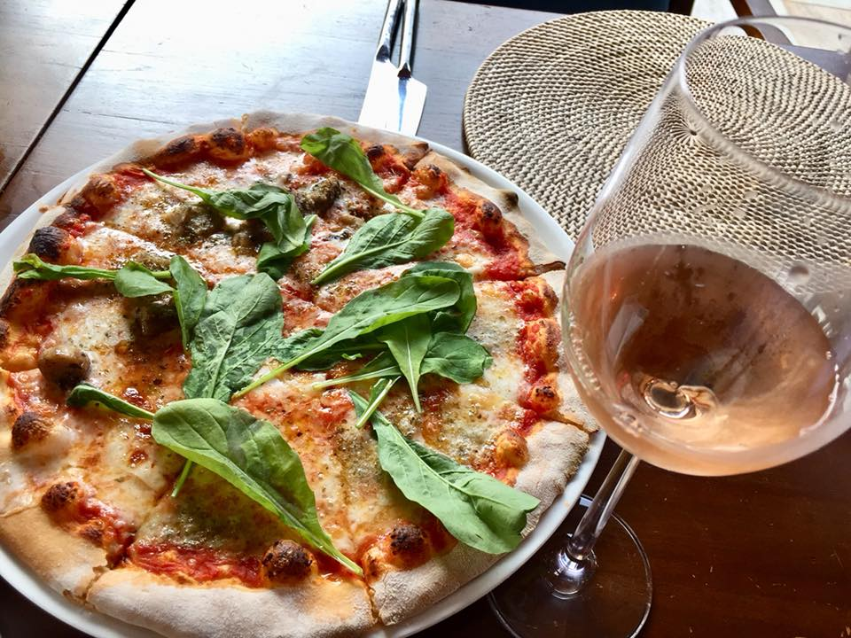 Pizza bij Vero Trattoria & Wine Bar van de Pullman Phuket Arcadia in Nai Thon Beach