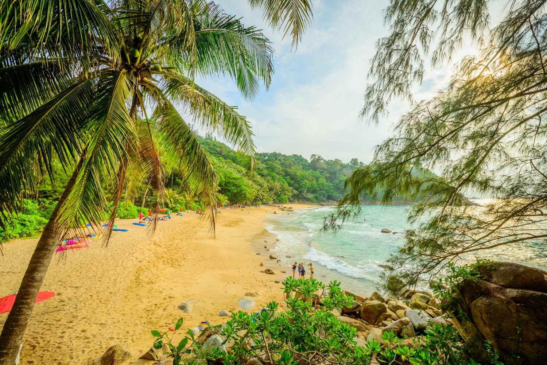 Uitzicht op Banana Beach op Phuket, Thailand