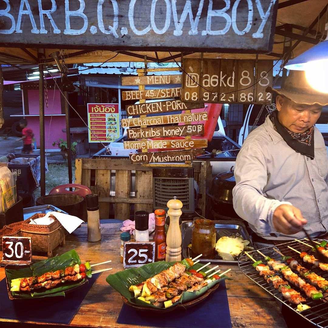Vleesspiezen op de Nai Yang Fresh Market op Phuket, Thailand