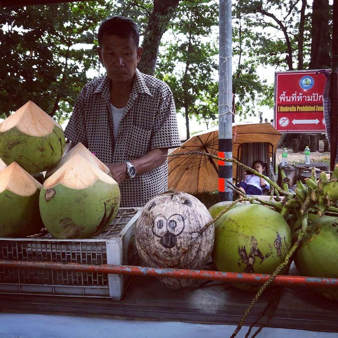 Kokosnoten op de Nai Yang Fresh Market op Phuket, Thailand