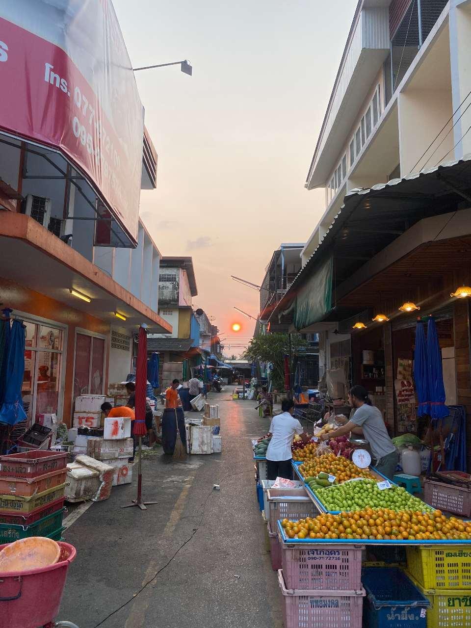 Zonsondergang in een straat van Lang Suan in het zuiden van Thailand