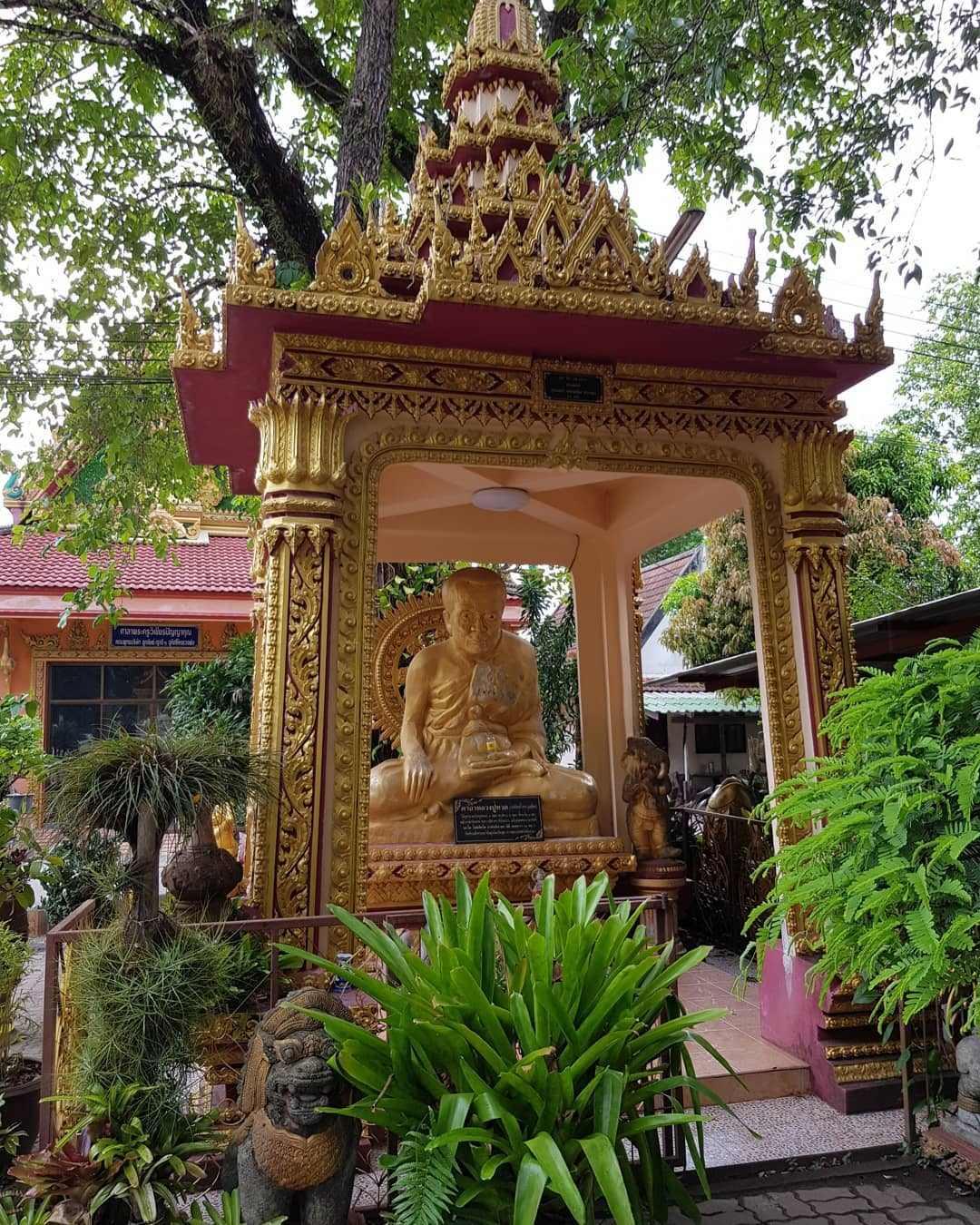 Het Wat Mongkol Wararam tempelcomplex vlakbij Nai Yang Beach op Phuket, Thailand