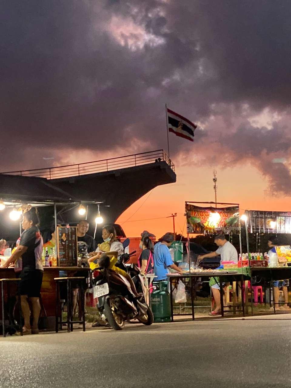 Zonsondergang tijdens de markt in Lang Suan in het zuiden van Thailand