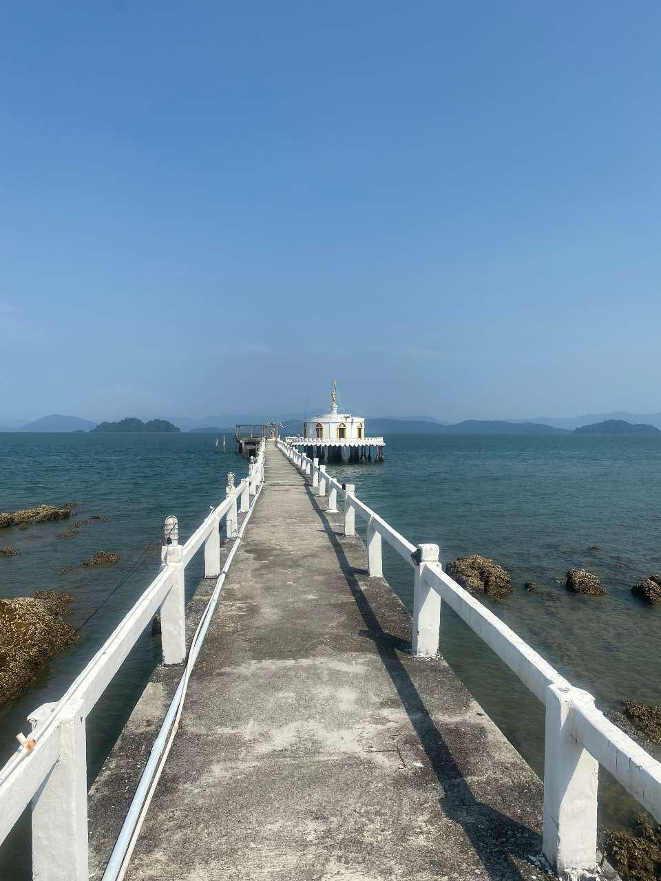 De brug naar de Chedi Loi Nam tempel op Koh Phayam