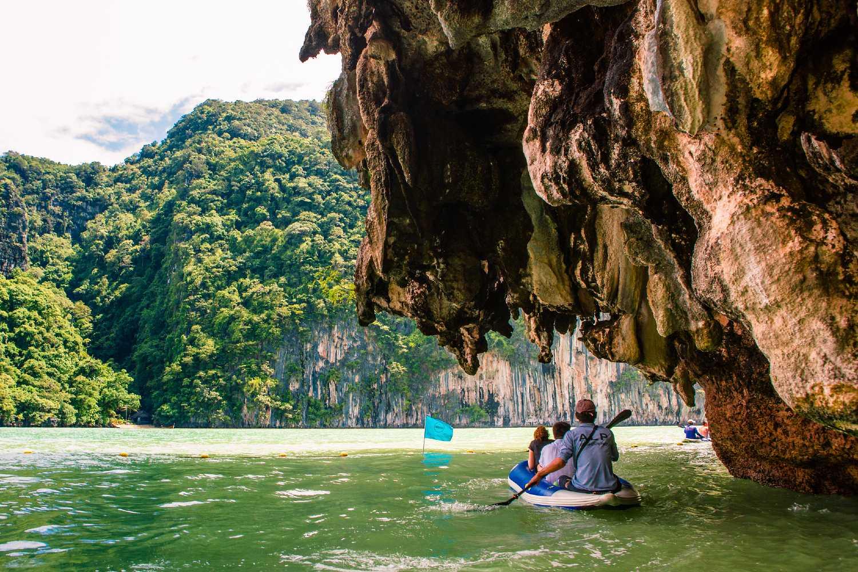 Kajak vaart langs grot rots in Phang Nga Bay