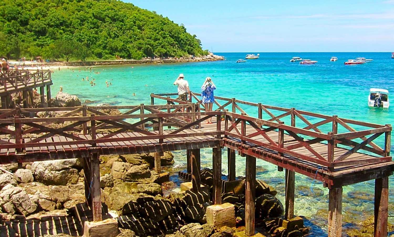 Houten pad op palen langs Samea Beach met uitkijkpunt