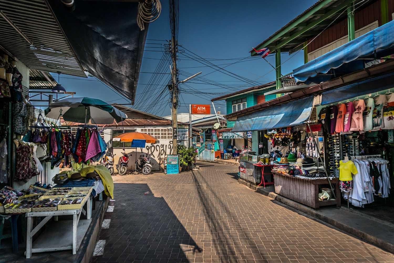 Koh Larn Village met souvenirshops en restaurants