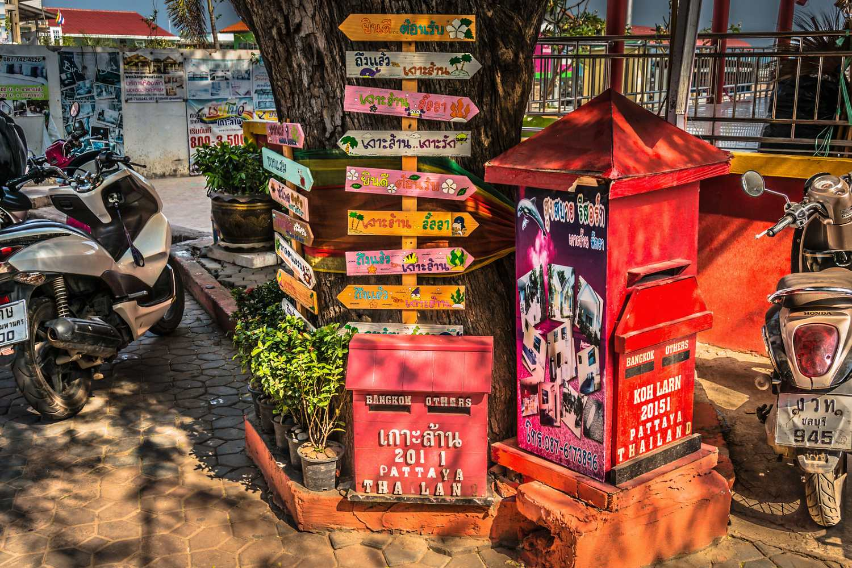 Wegwijzer en brievenbus in Koh Larn Village
