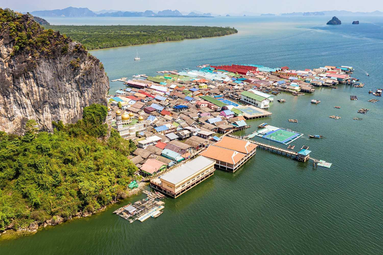 Kalkstenen rots en het drijvende moslim dorp Koh Panyee