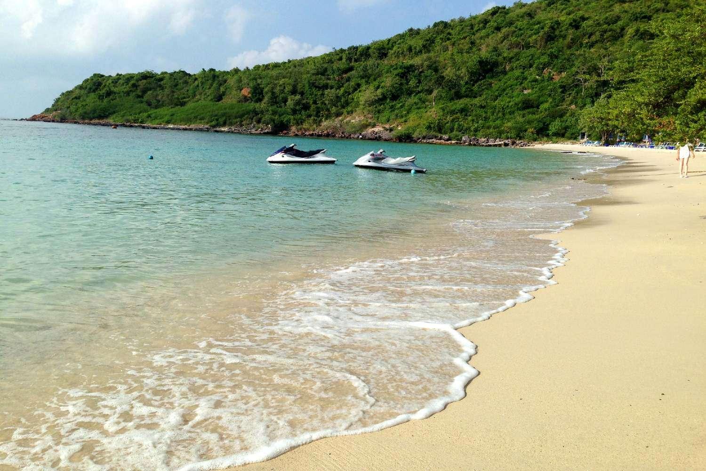 heldere blauwe zee en strand Nual Beach (Monkey Beach)
