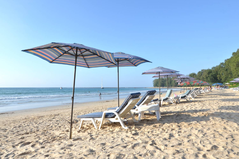 Strandbedjes en parasols op Nao Yang Beach, Phuket in Thailand