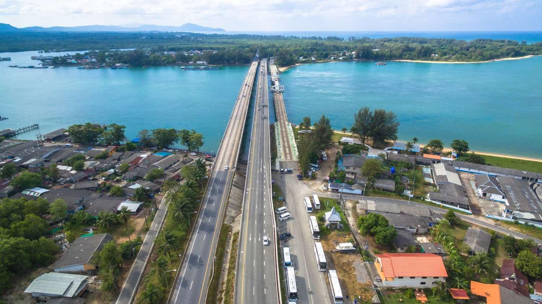 De Sarasin brug met aan de overkant het eiland Phuket