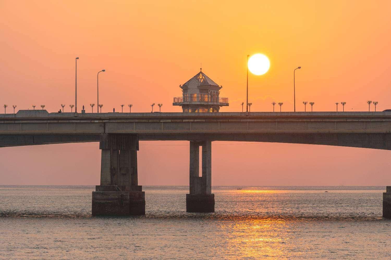 De Sarasin brug tijdens zonsondergang. Een brug met een liefdesdrama