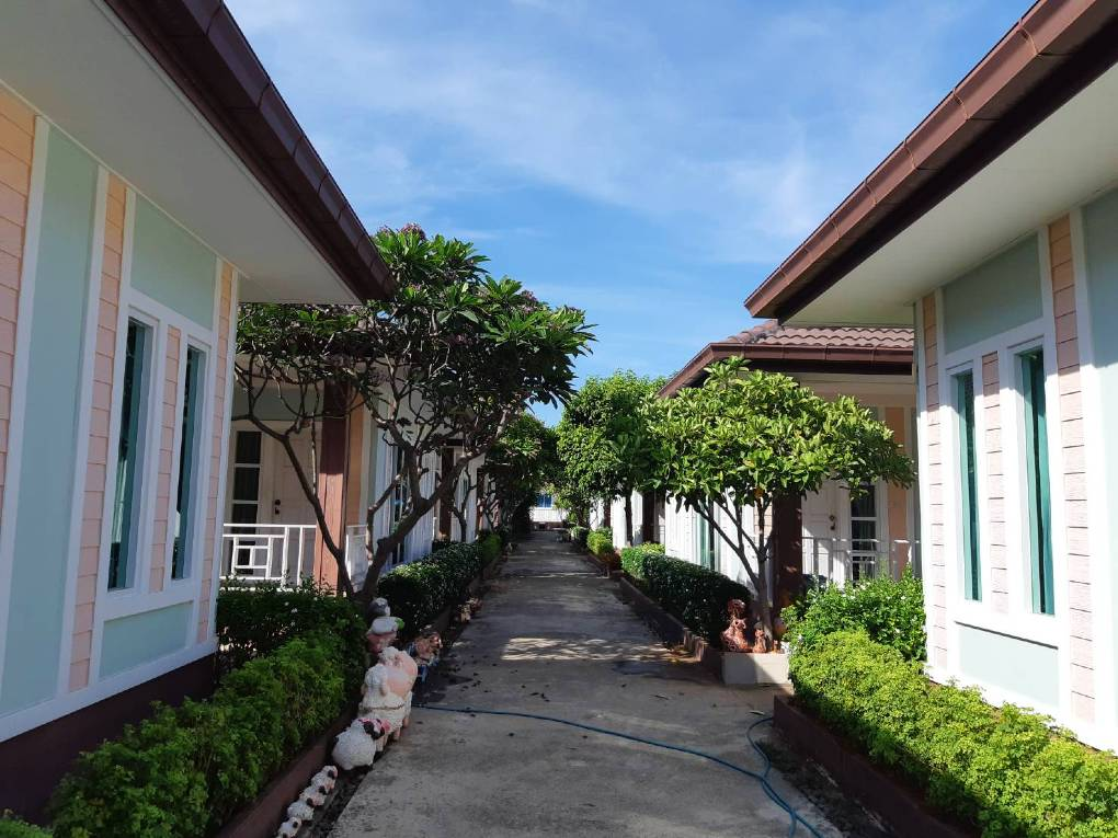 Bungalows in een straatje van het Lareena Resort By The Sea Koh Larn