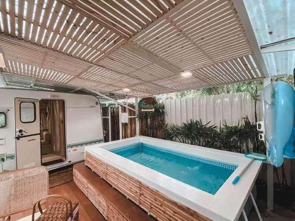 Privébad in de Caravan Villa van Sweet Box Bed and Breakfast op Koh Larn