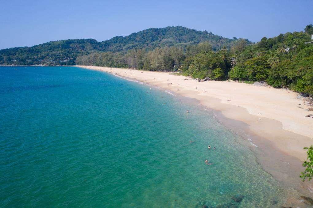 De baai van Nai Thon Beach in het noorden van Phuket, Thailand