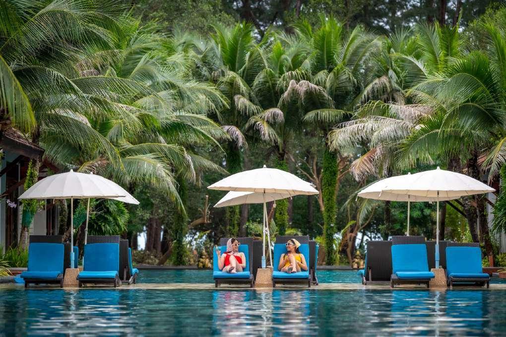 Zwembad met ligbedjes bij het L'esprit De Naiyang Beach Resort op Phuket, Thailand