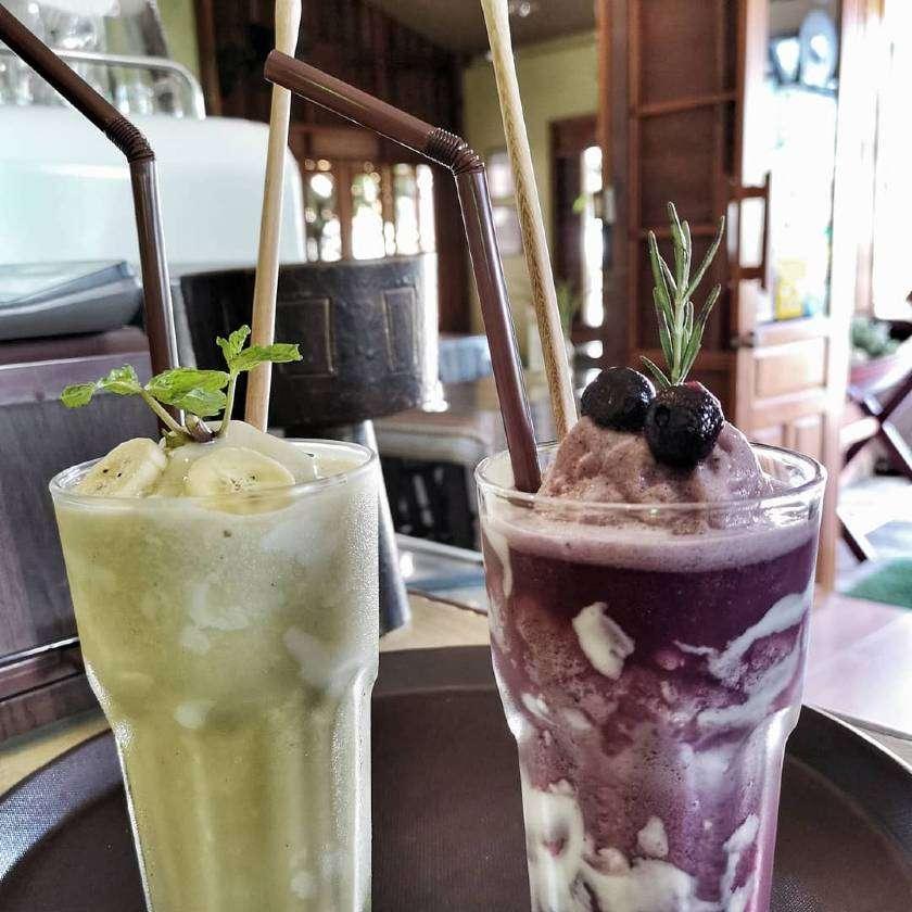 Lekkere smoothies bij The Naiyang Cafe op Phuket, Thailand