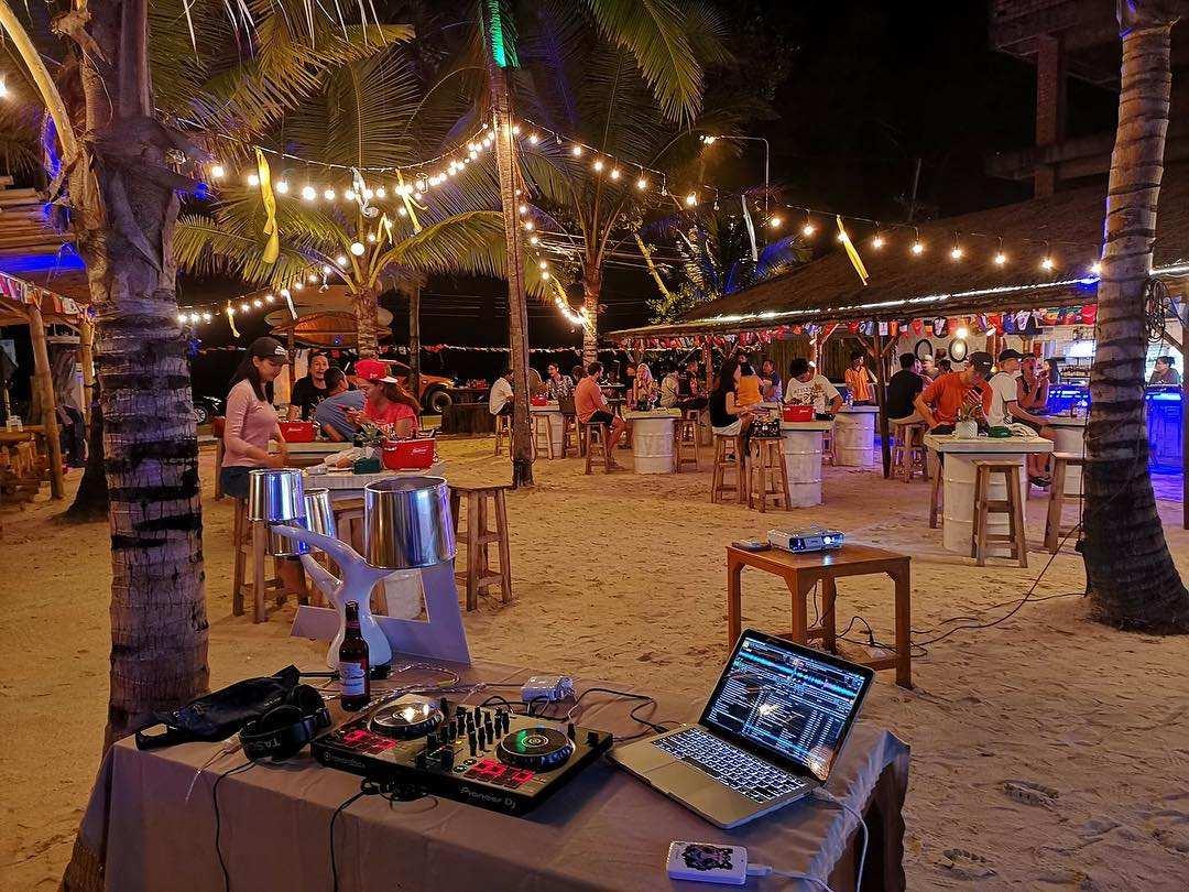 Tijdens de avond bij NY Beach Republic aan het strand van Nai Yang Beach op Phuket