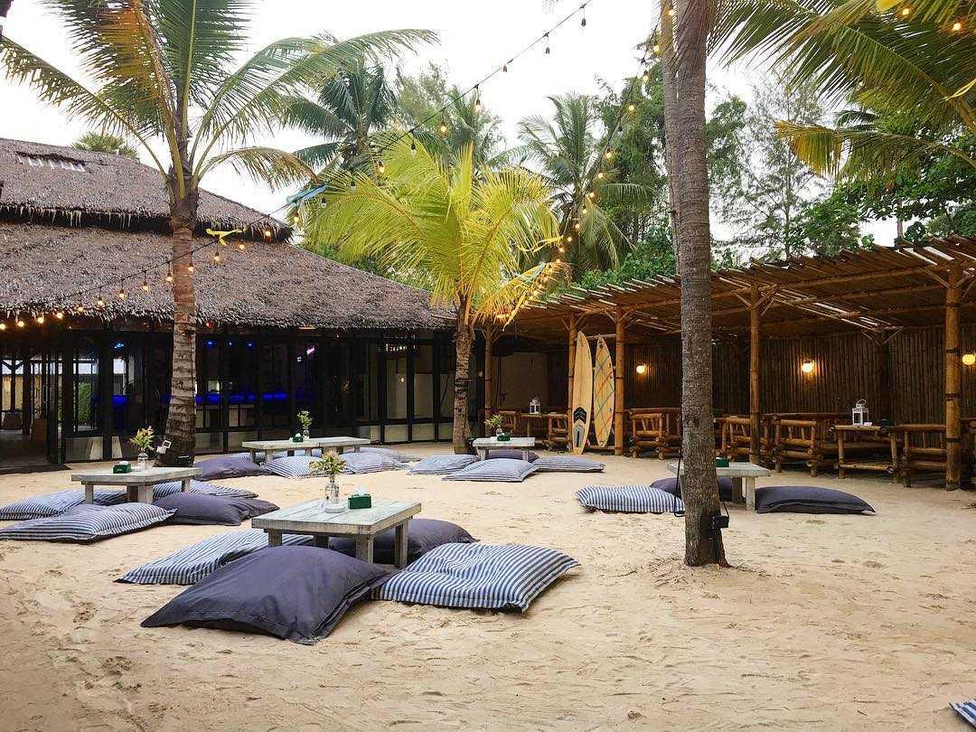 Overdag bij NY Beach Republic aan het strand van Nai Yang Beach op Phuket