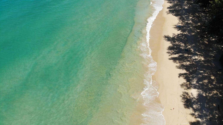 Kalme en mooie zee van Nai Thon Beach in het noorden van Phuket, Thailand