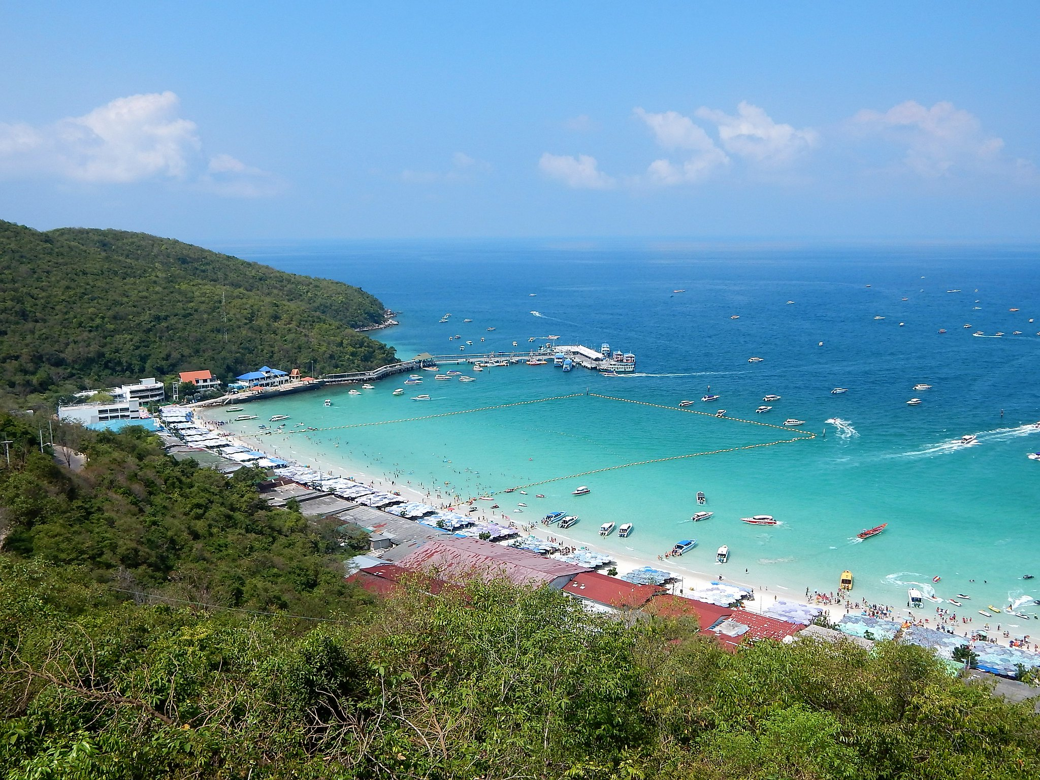 Tawaen Beach op Koh Larn, wit strand en blauw water met boten