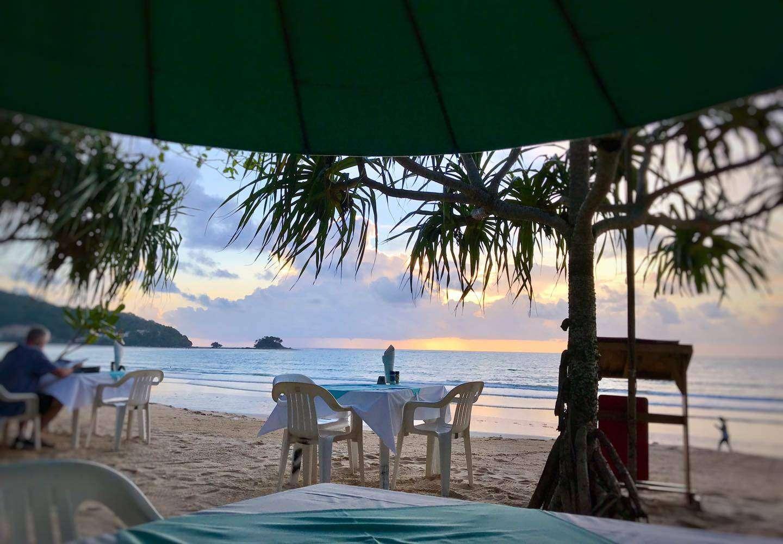 Buiten aan het strand van Nai Yang dineren bij Phen's Restaurant & Coffee