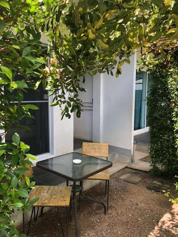 terras met zitje voor kamer vanSamanta-By-The-Sea.