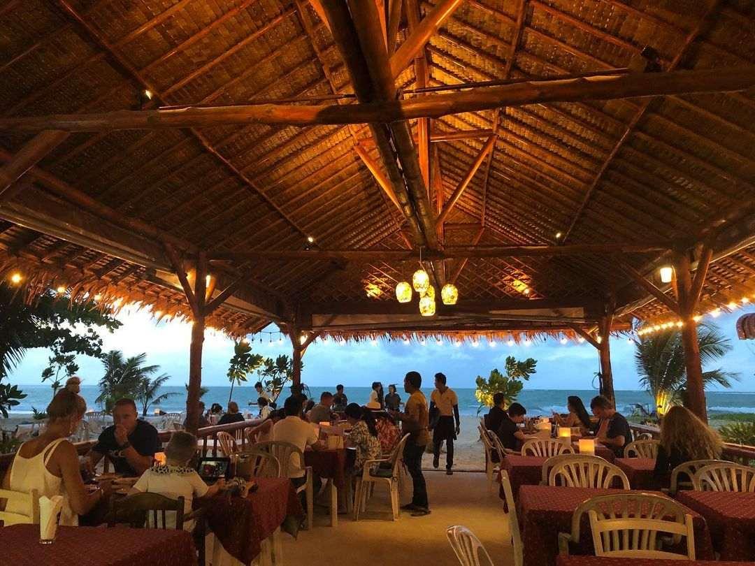 Onder het dak van Sea Almond Restaurant & Bar aan Nai Yang Beach op Phuket