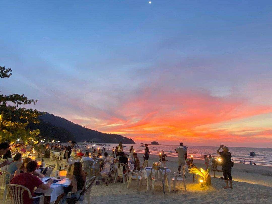 Op het strand eten bij Sea Almond Restaurant & Bar aan Nai Yang Beach op Phuket