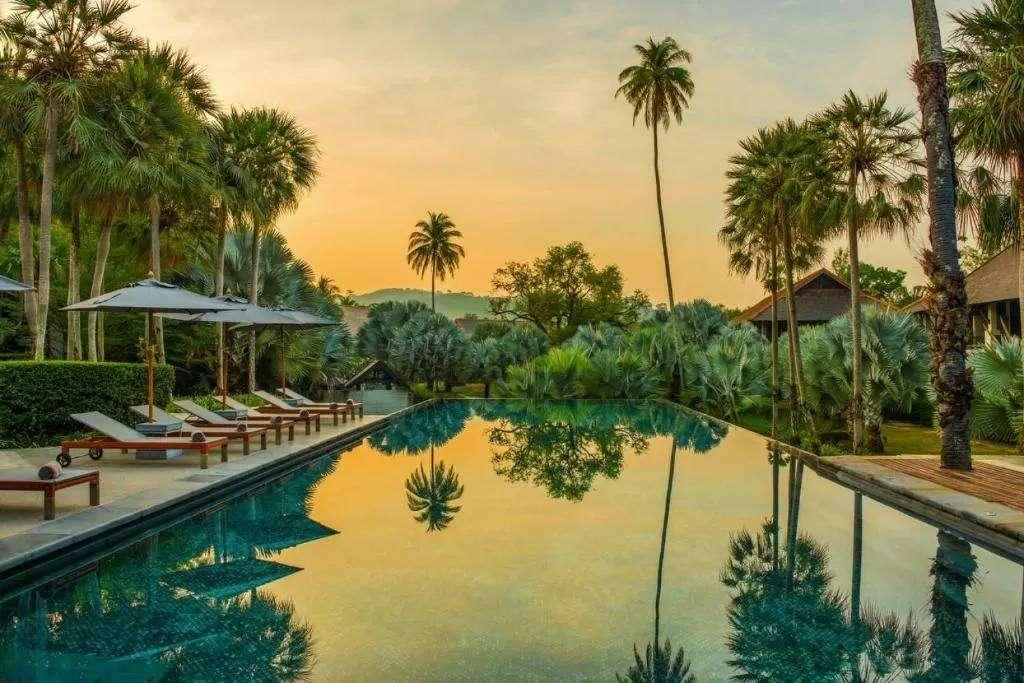 Een zwembad bij The Slate Phuket. een prachtig resort aan Nai Yang Beach op Phuket