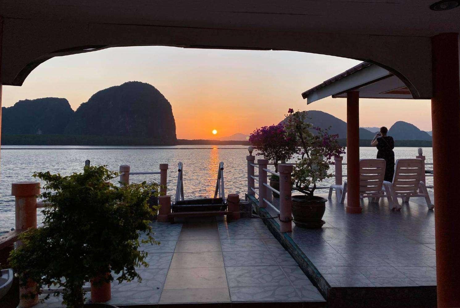 Uitzicht vanaf James Bond Bungalow op Koh Panyee in Phang Nga Bay, Thailand