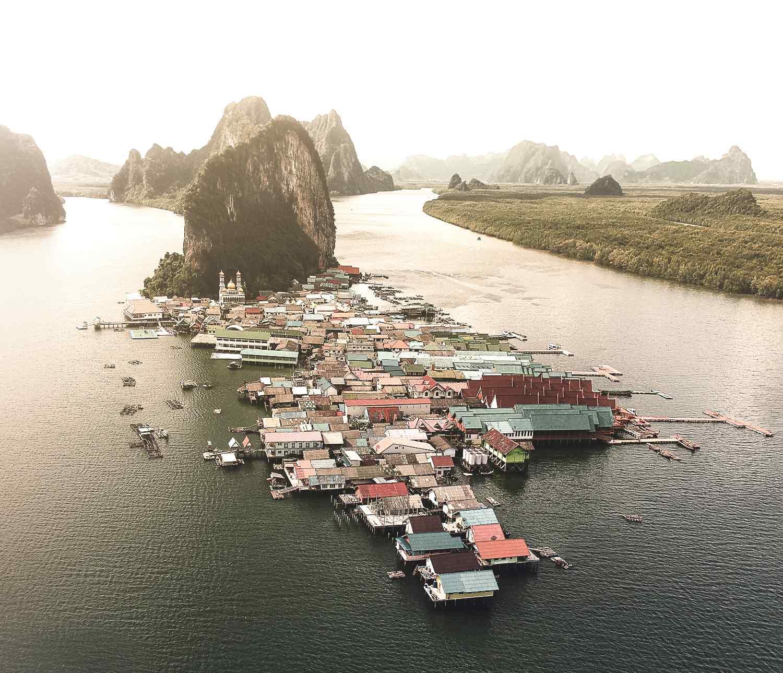 Koh Panyee in Phang Nga Bay gezien met een drone