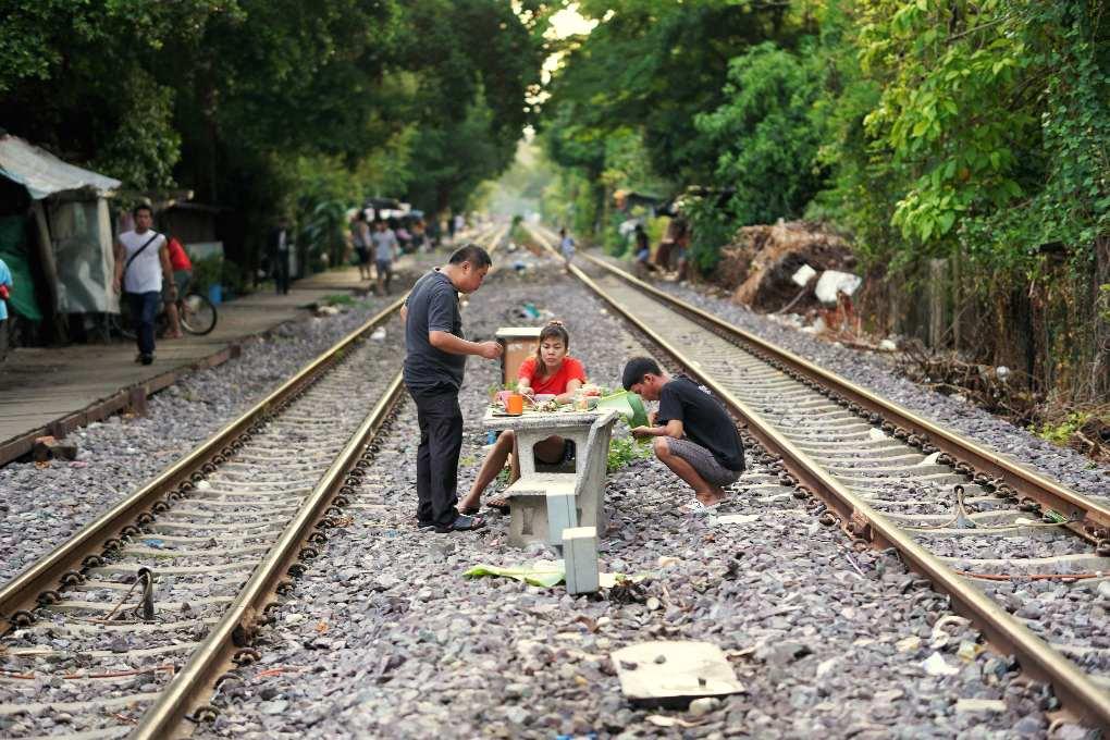 Eten tussen twee spoorlijnen in Bangkok