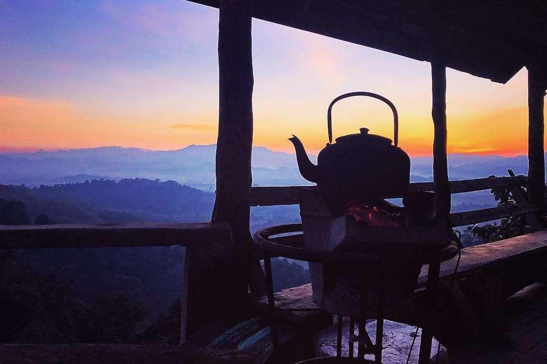 Thee zetten met geweldig uitzicht op de bergen van Phang Nga