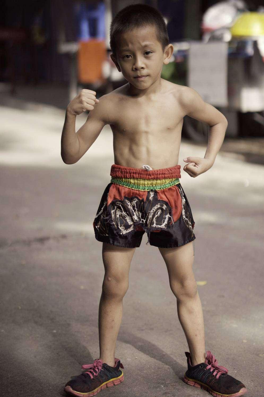 jonge Muay Thai bokser, met een sixpack