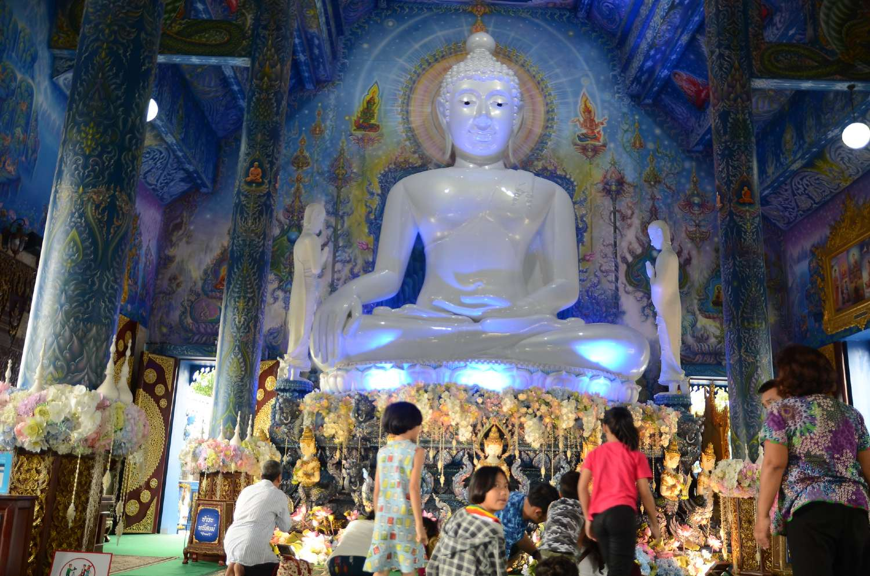 Prachtige Boeddha in de Blue Temple (Wat Rong Suea Ten) in Chiang Rai, Thailand