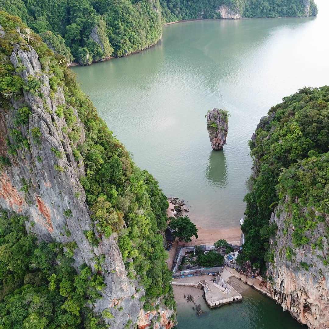 James Bond Island in de Phang Nga provincie gezien met een drone