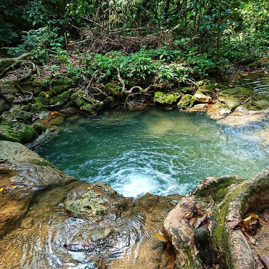 Waterval in het Sa Nang Manora Forest Park in de buurt van Phang Nga Town