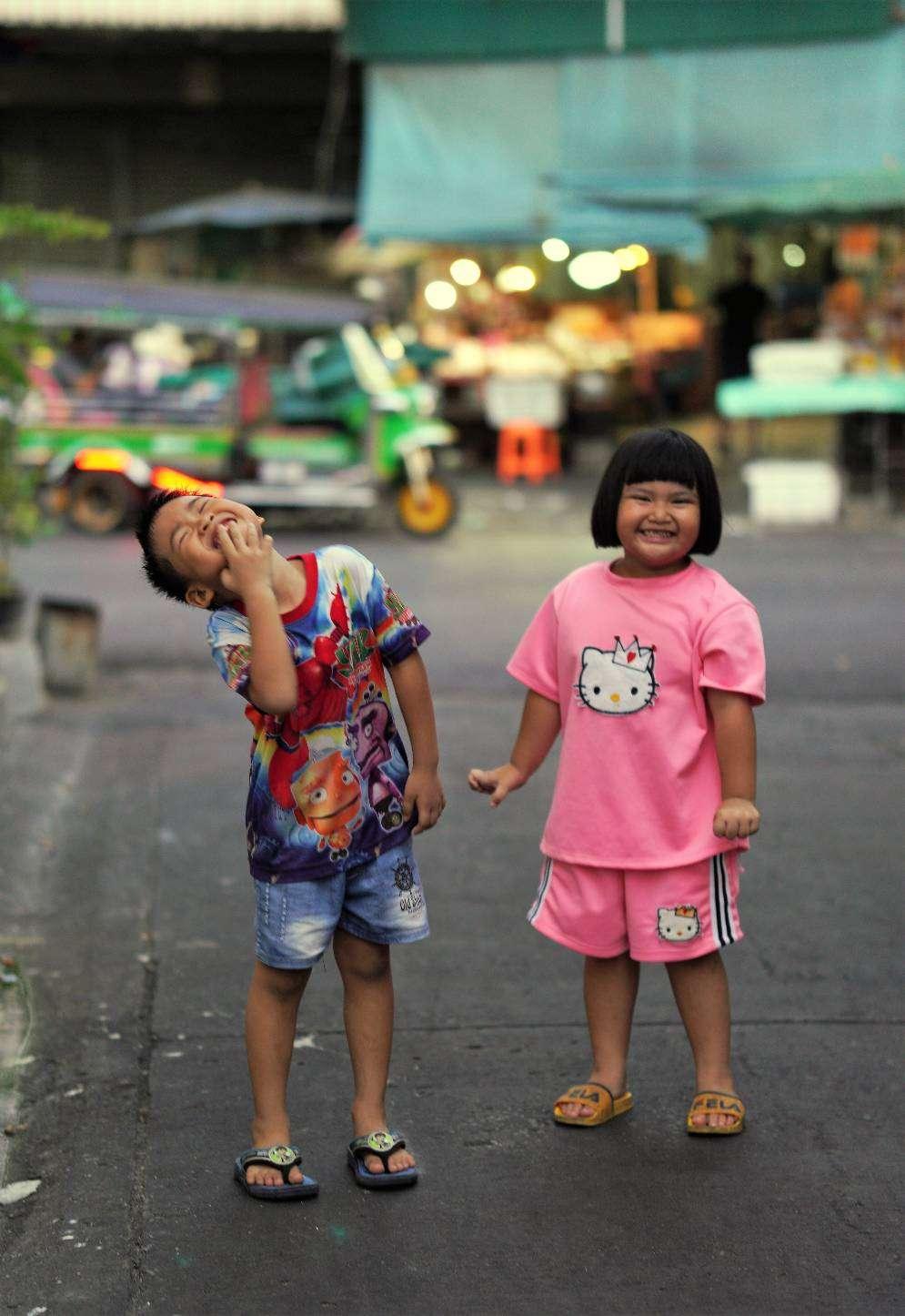 Twee kinderen in de buurt van het Sam Sem treinstation in Bangkok