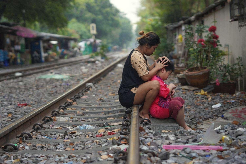 Massage op de spoorlijn in Bangkok