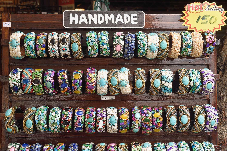 Handgemaakte kleurige armbanden te koop