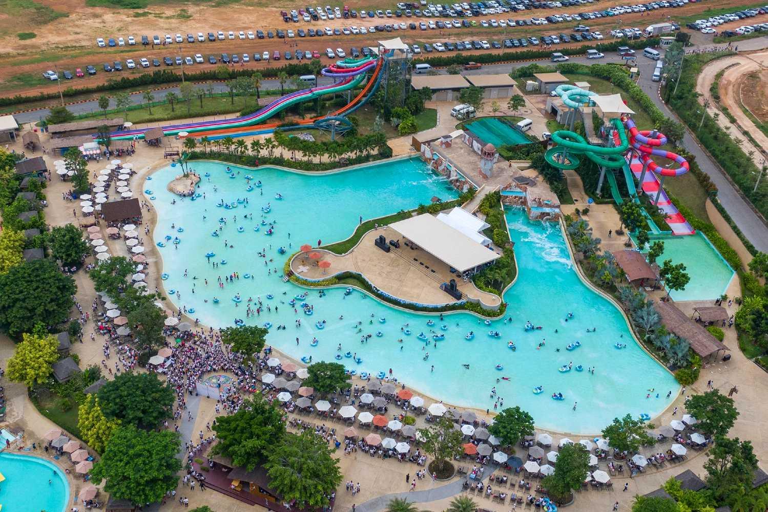 Large swimming pool with slides in Pattaya (Ramayana Water Park)