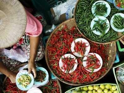 Thaise Verkoopster Van Rode En Groene Pepers