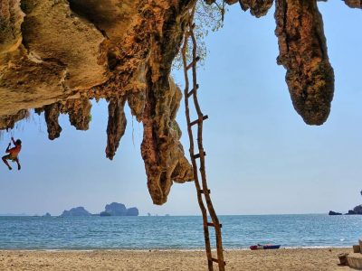 Bergbeklimmer Op Tonsai Beach, Railay, Krabi