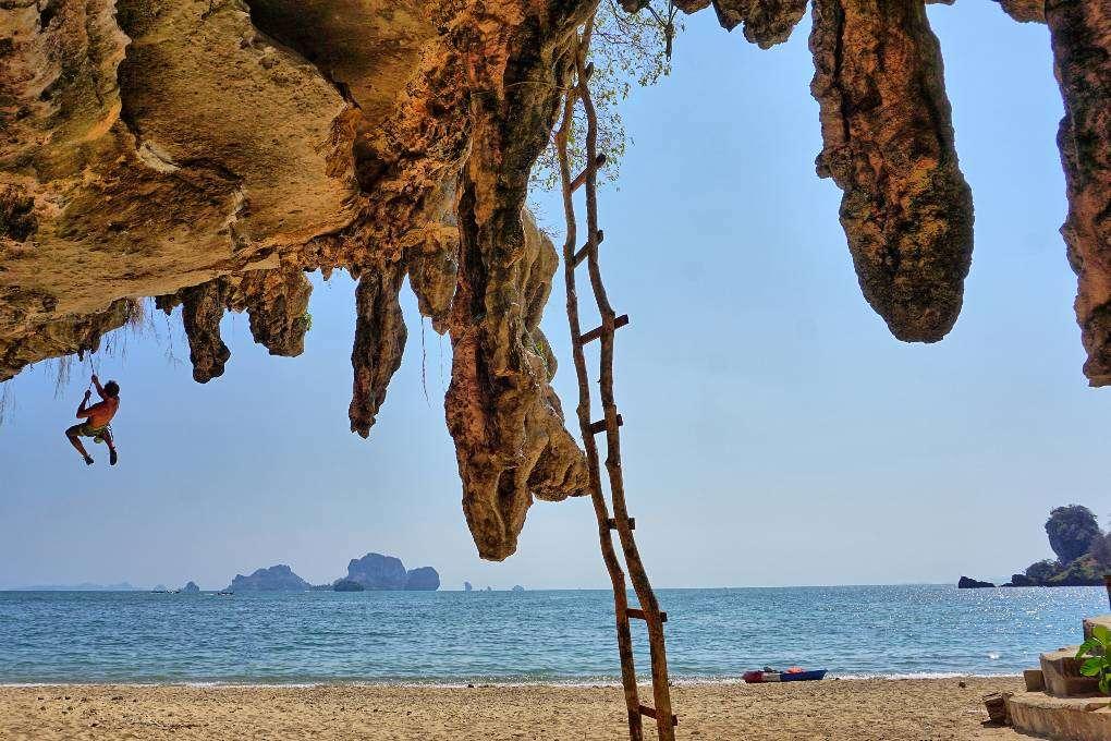 Bergbeklimmer op Tonsai Beach, Railay, Krabi