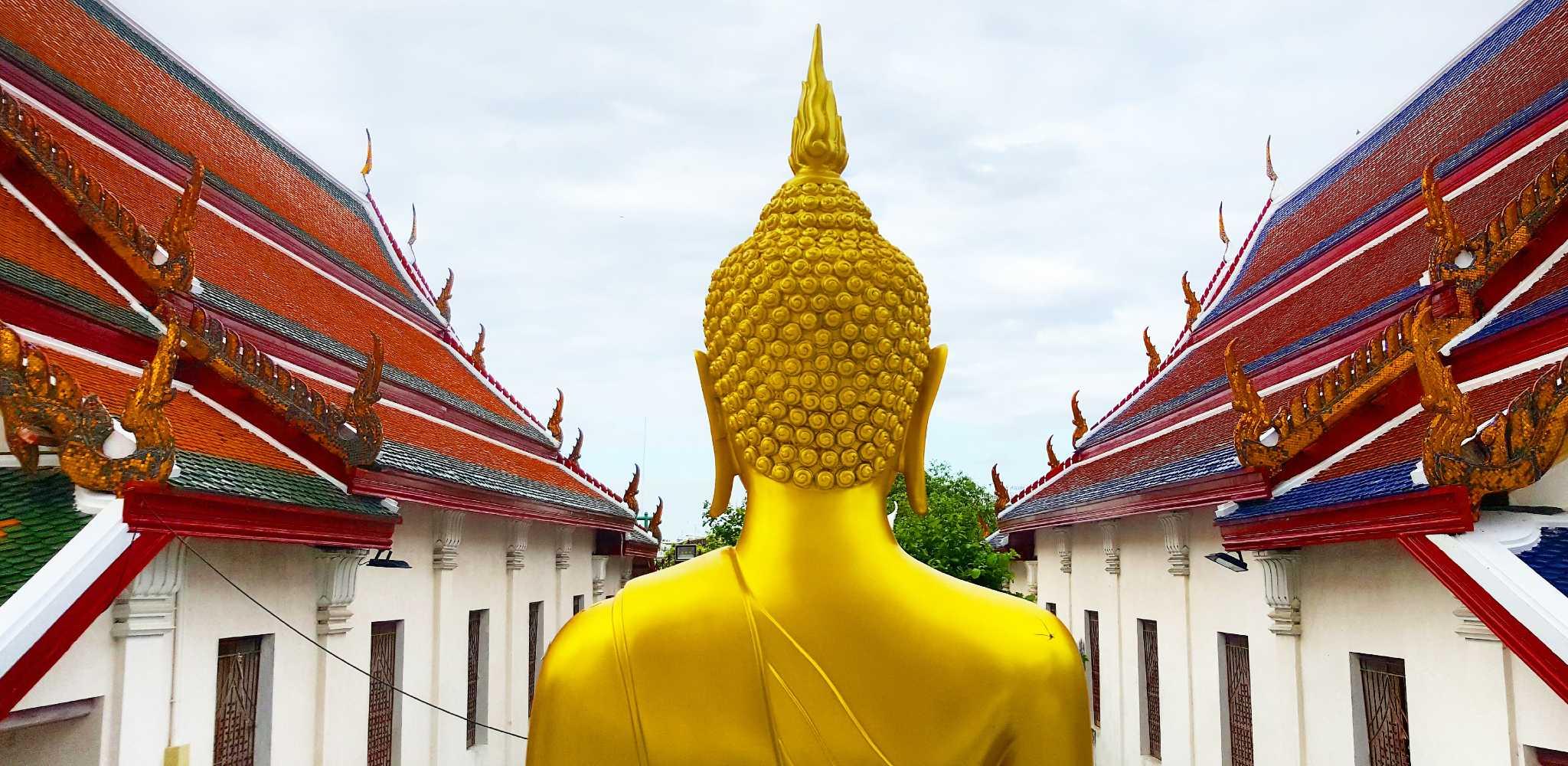 De achterkant van een Boeddhabeeld op het Wat Arun terrein in Bangkok