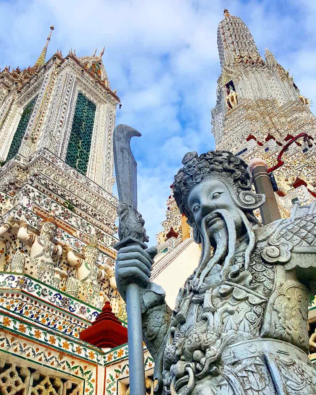 Een beeld op het terrein van de Wat Arun in Bangkok